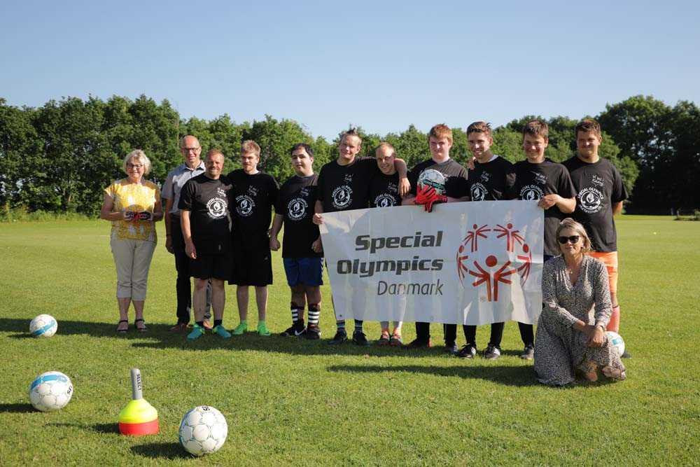 Special_Olympics-holdet_i_Seest_Boldklub_med_Koldings_borgmester_Jrn_Pedersen_-_foto_Parasport_Danmark