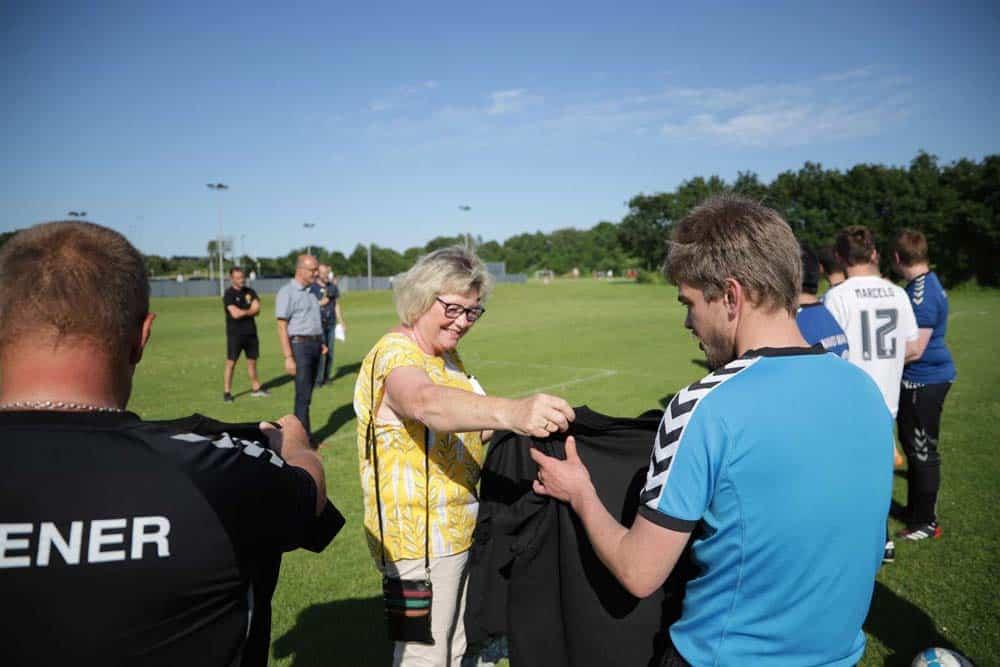 Yrsa_Mastrup_uddeler_T-shirts_til_Seest-spillerne_-_foto_Parasport_Danmark